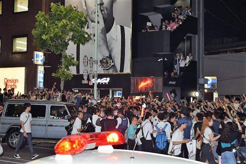 """●原宿で""""ネイマール・フィーバー"""" 来日姿見たさに多くの人、警察車両も出動"""