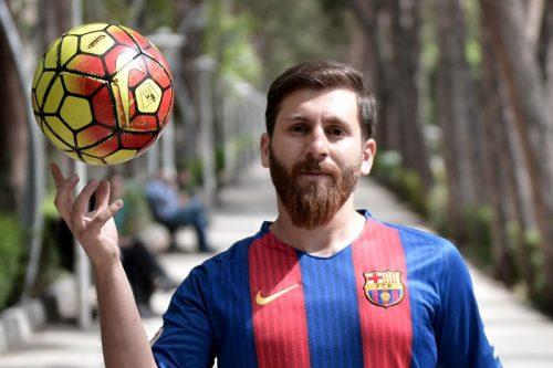 """●メッシのそっくりさん、イラク代表合宿を訪問…選手たちが次々""""自撮り""""求める"""