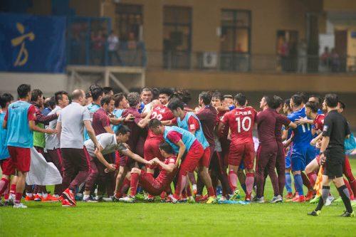 ●奇行で大乱闘を引き起こしたオスカルに8試合の出場停止処分…他3名にも厳罰