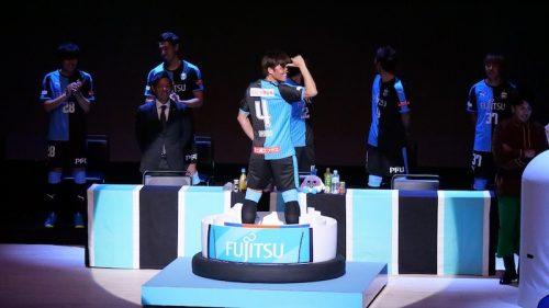 ●川崎の新加入選手たちがお披露目…復帰の大久保嘉人はマトリョーシカから登場