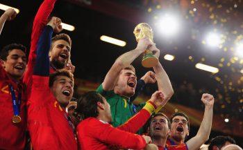 """【コラム】その強さに敵将たちも脱帽…""""無敵艦隊""""スペインが史上8番目の王者に/2010年 南アフリカW杯"""