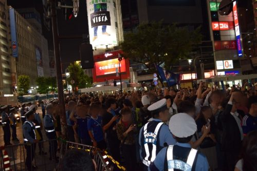 """●日本代表の勝利に渋谷は歓喜の渦! """"DJポリス""""も出動で安全を呼び掛ける"""