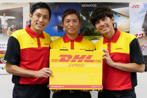浦和の柏木、森脇、長澤がDHLの配送スタッフに扮してオフィスにプレゼントを配達