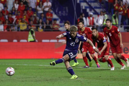 """日本代表、堂安の""""VAR弾""""でベスト4進出! FIFAランク100位のベトナムに辛くも勝利"""