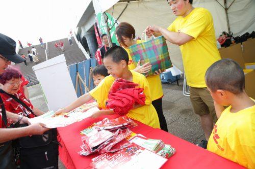 700着以上の浦和のウェアがネパールの子どもたちへ…DHLが輸送を支援、参加親子にはサプライズも