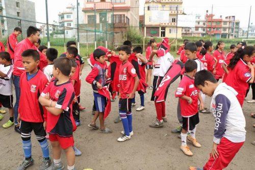 日本とネパールの懸け橋に…浦和のウェアが現地の子どもたちに届けられる
